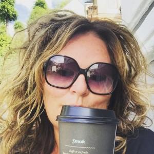 Å nyte en kopp kaffe på en benk i byen gir livet mening for meg.
